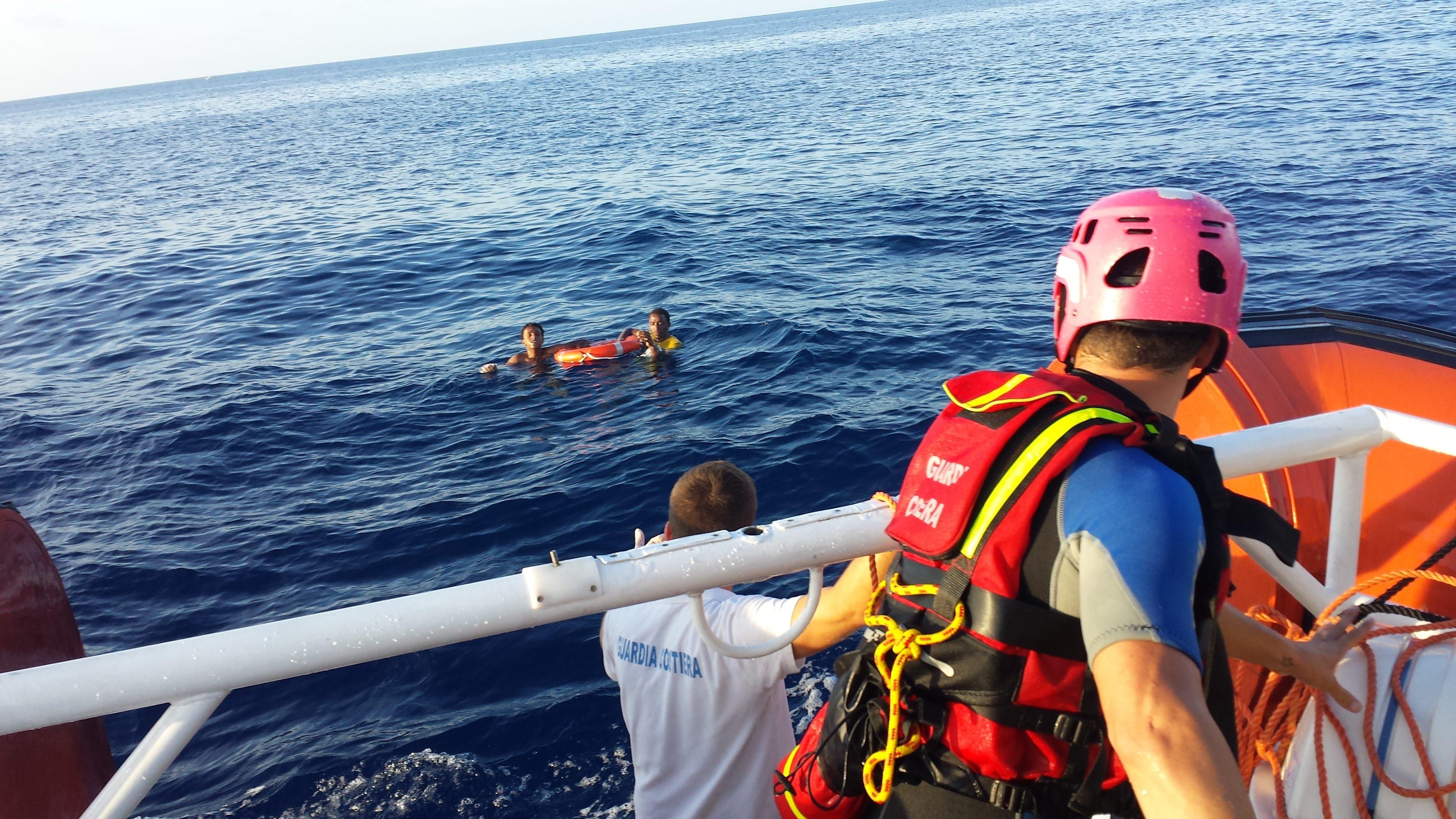 Flüchtlinge werden vor Lampedusa aus dem Meer gerettet.