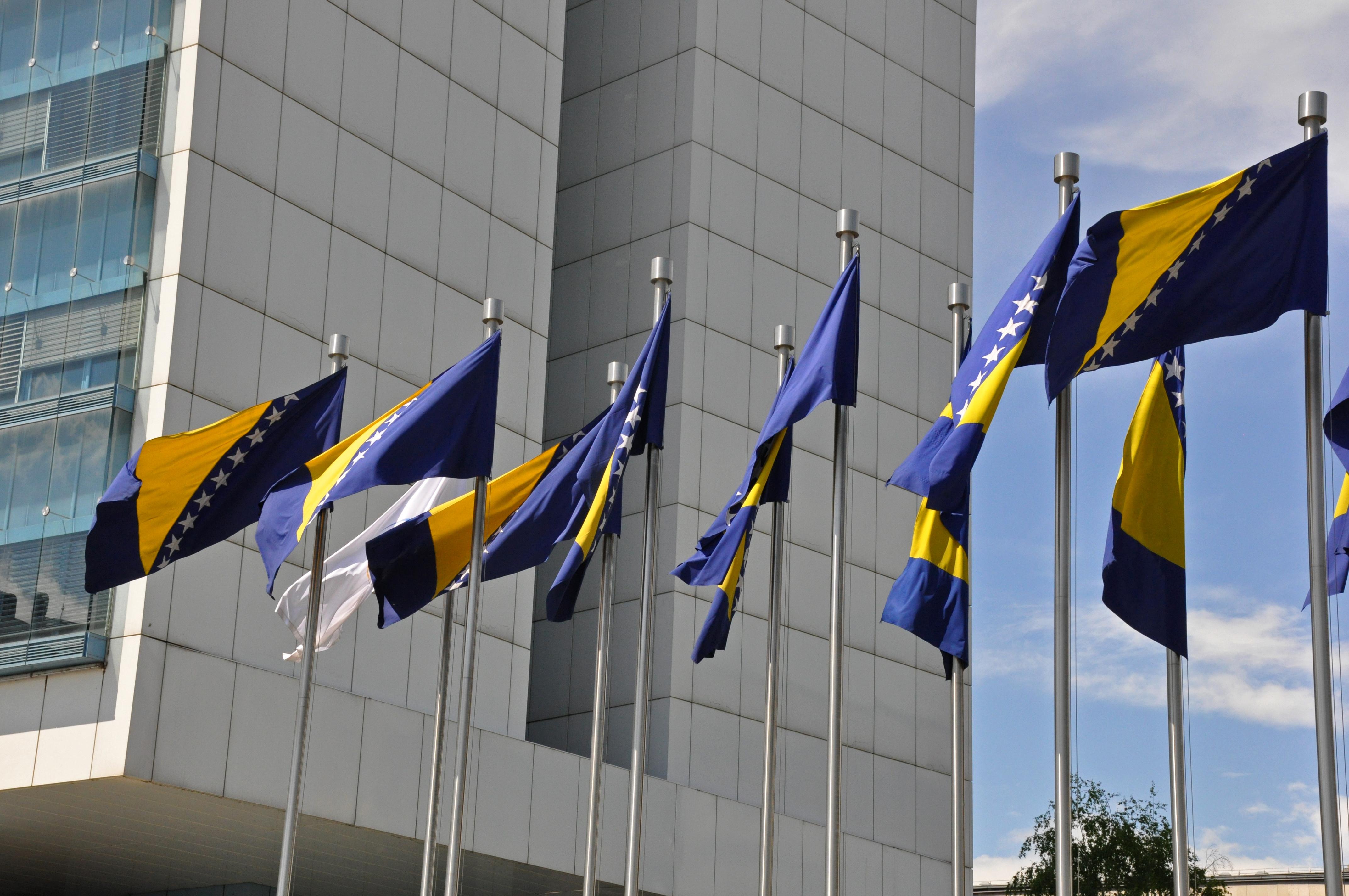 Die Flagge von Bosnien-Herzegowine, das schon bald einen Antrag zum EU-Beitritt stellen will, weht vor dem Parlament.