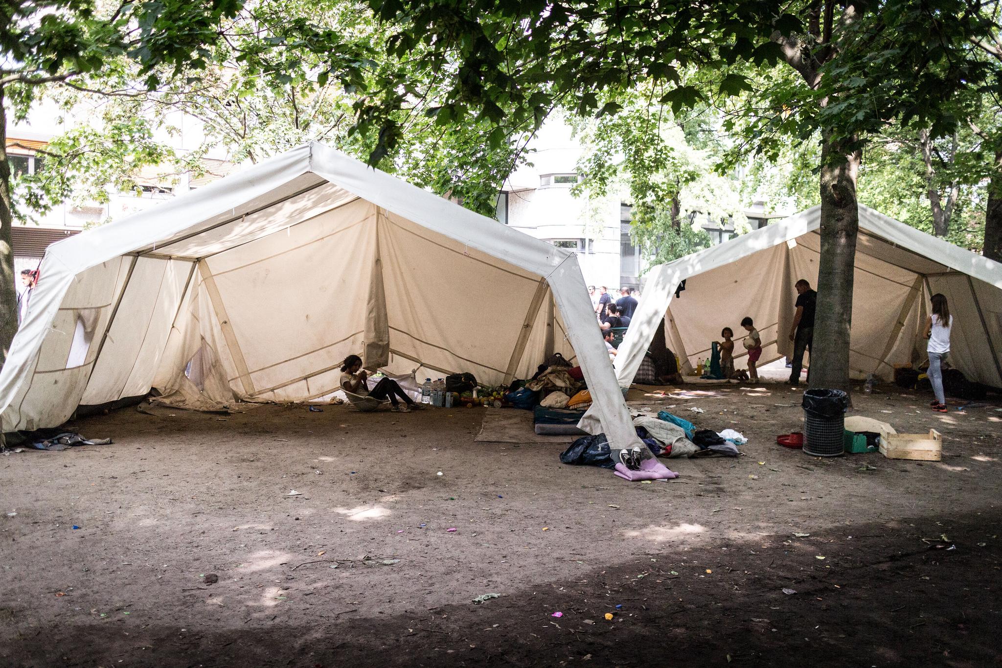 Flüchtlinge kampieren in Zelten vor dem Landesamt für Gesundheit und Soziales (LaGeSo) in Berlin.
