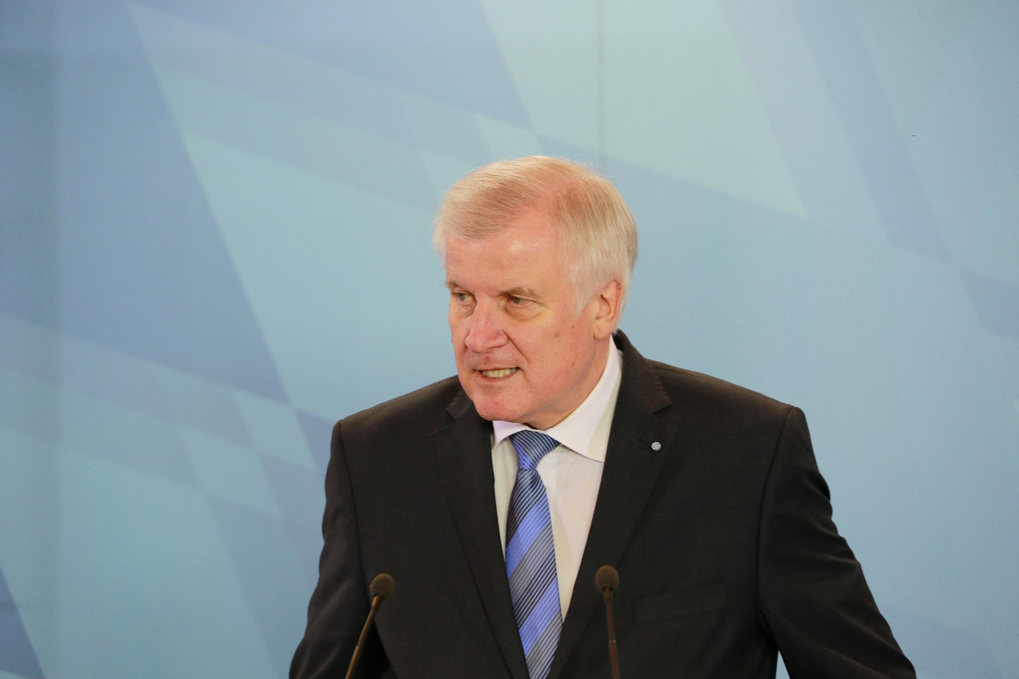 Horst Seehofer hält den Plan von Kanzlerin Merkel zur EU-weiten Umverteilungen von Flüchtlingen für aktuell nicht umsetzbar.