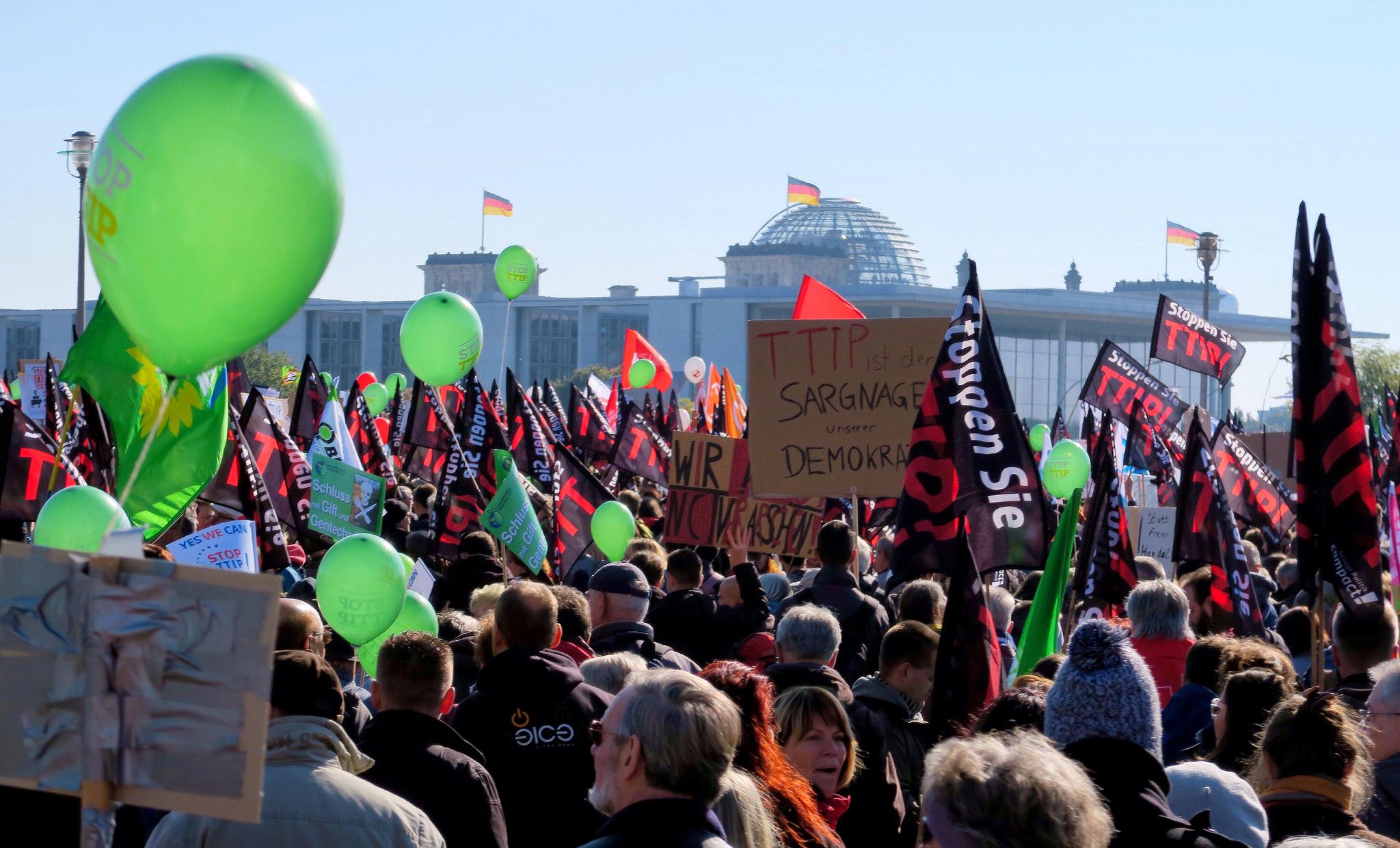 Demonstranten gegen die Freihandelsabkommen TTIP und CETA in Berlin