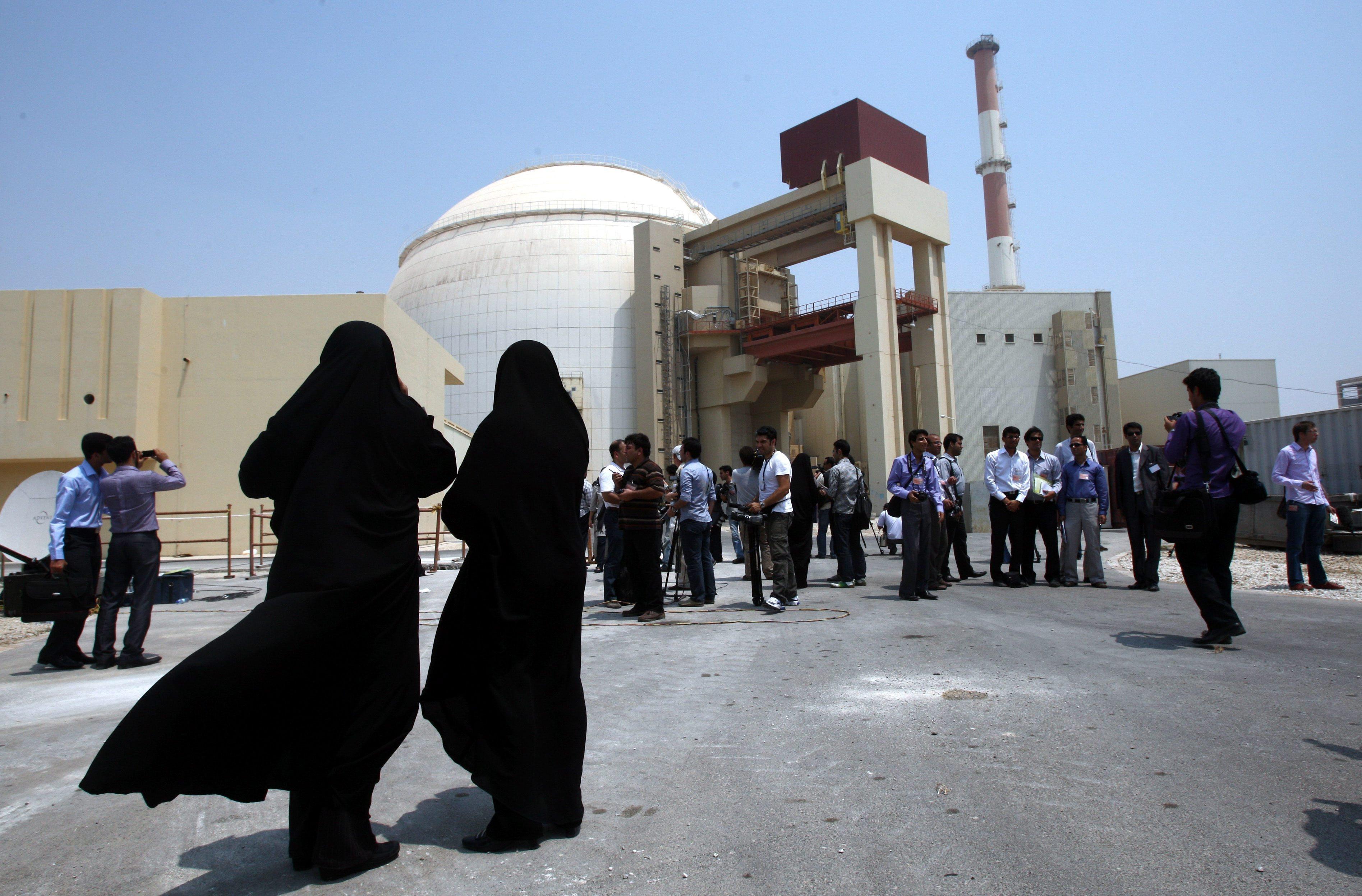 Zwei Sicherheitsbeamtinnen stehen vor dem Atomkraftwerk in Buschehr im Iran.