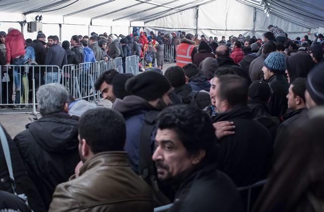"""In Deutschland wurde das """"LAGeSo"""", das Landesamt für Gesundheit und Soziales in Belrin, im Jahr 2015 zum Sinnbild für die Probleme bei der Aufnahme und Betreuung von Flüchtlingen."""