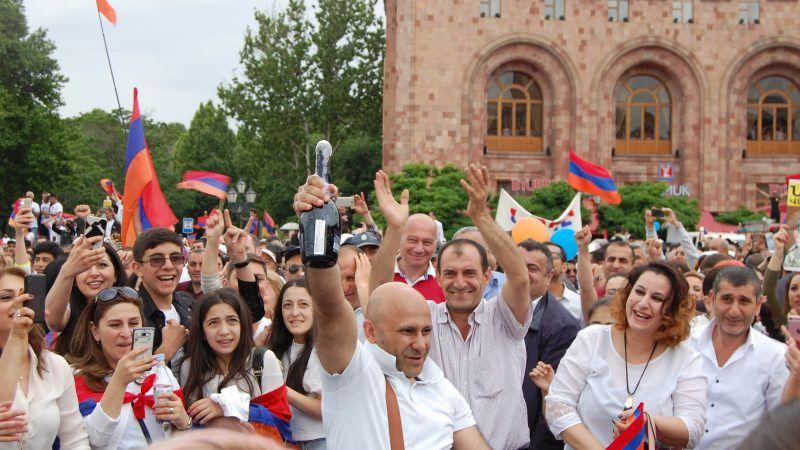 Armenien Nach Friedlicher Revolution Mit Neuem Fuhrer Euractiv De