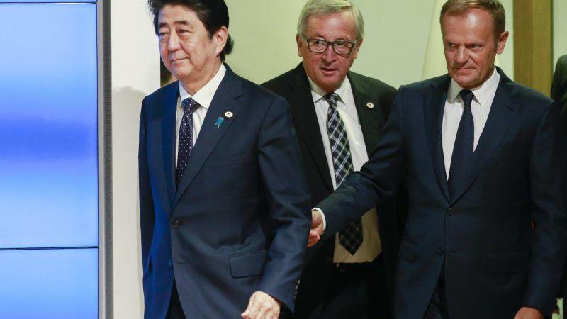 Japans Regierungschef Shinzo Abe mit den EU-Politikern Jean Claude Juncker und Donald Tusk beim EU-Japan-Gipfel
