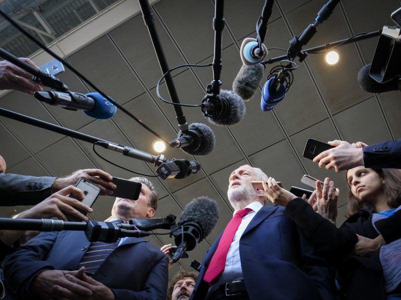 Die Nerven im britischen Parlament liegen blank. Während einer Fragestunde soll Oppositionschef Jeremy Corbyn Premierministerin Theresa May beleidigt haben.