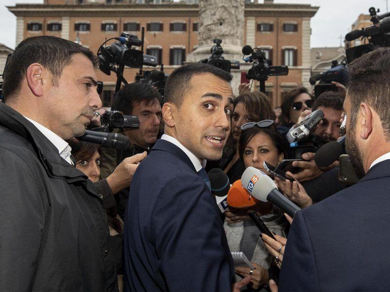 Italiens stellvertretender Ministerpräsident Luigi Di Maio stellt sich der Presse.