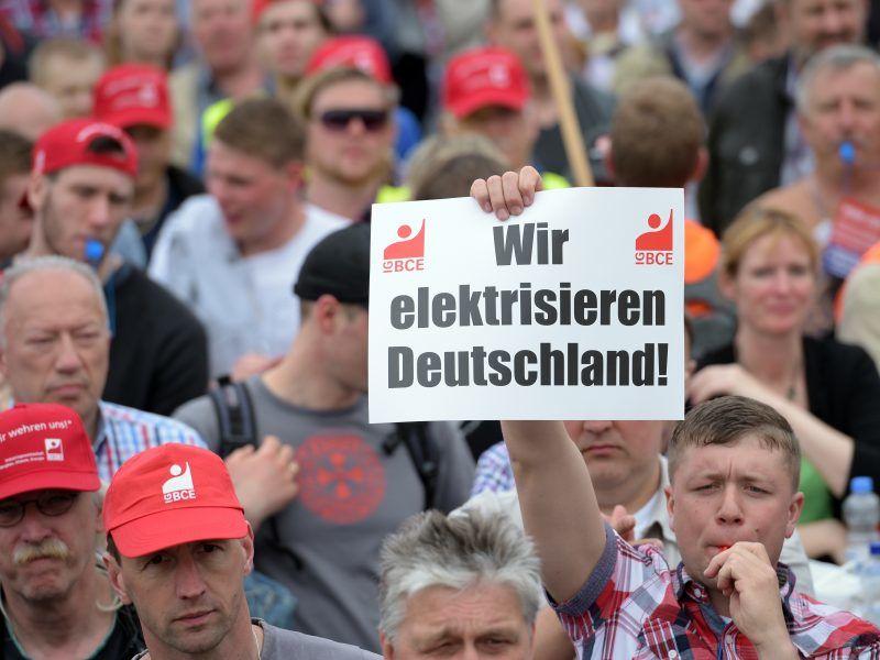 Protestierende Kohlearbeiter mit Schildern
