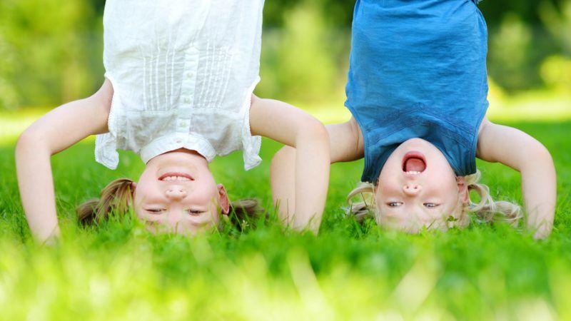 Zwei Kinder machen Kopfstand