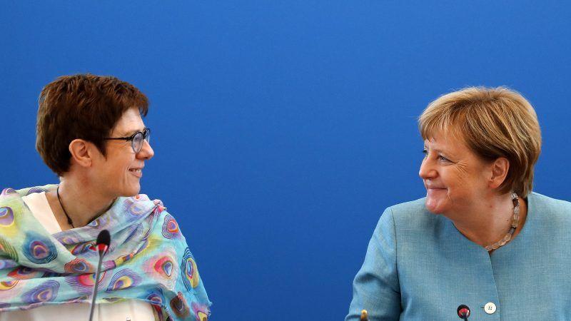 Die Generalsekretärin der CDU Annegret Kramp-Karrenbauer (l.) und Bundeskanzlerin Angela Merkel (r.).