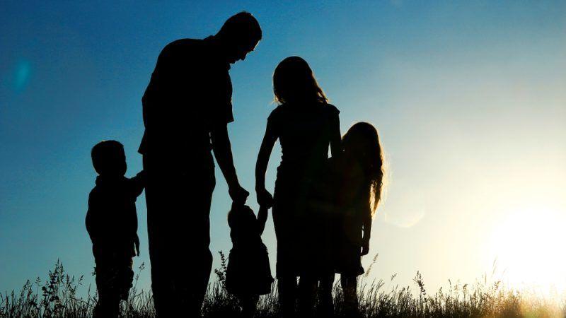 Familie als Schatten vor Sonnenuntergang
