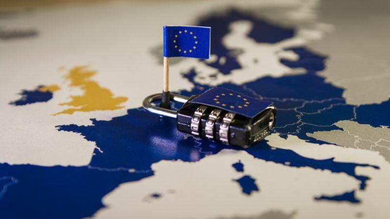 EU-Karte mit Schloss darauf