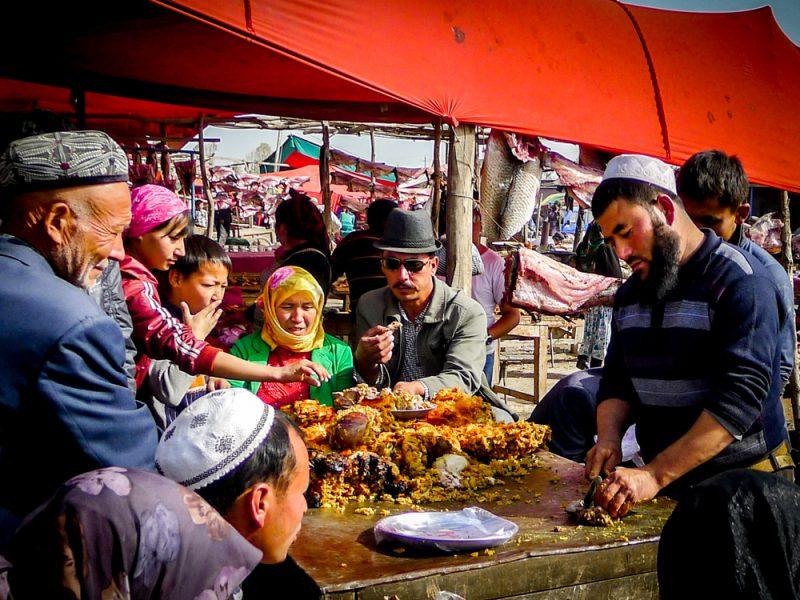 Menschen auf einem Markt in Kashgar, Xinjiang.