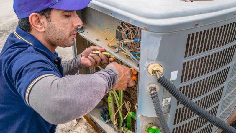 Flüchtling repariert Stromkasten.