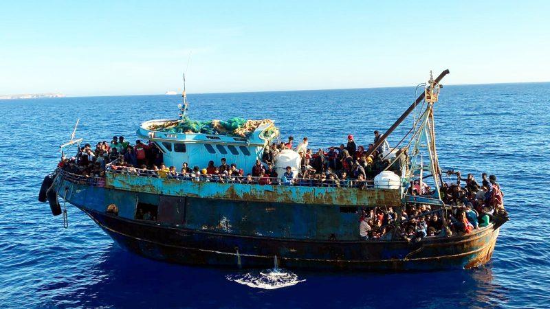 Eines von zwei Flüchtlingsbooten vor der Insel Lampedusa