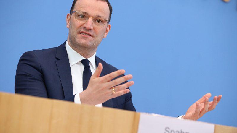 Jens Spahn bei der Berichterstattung über die Lage im Lande