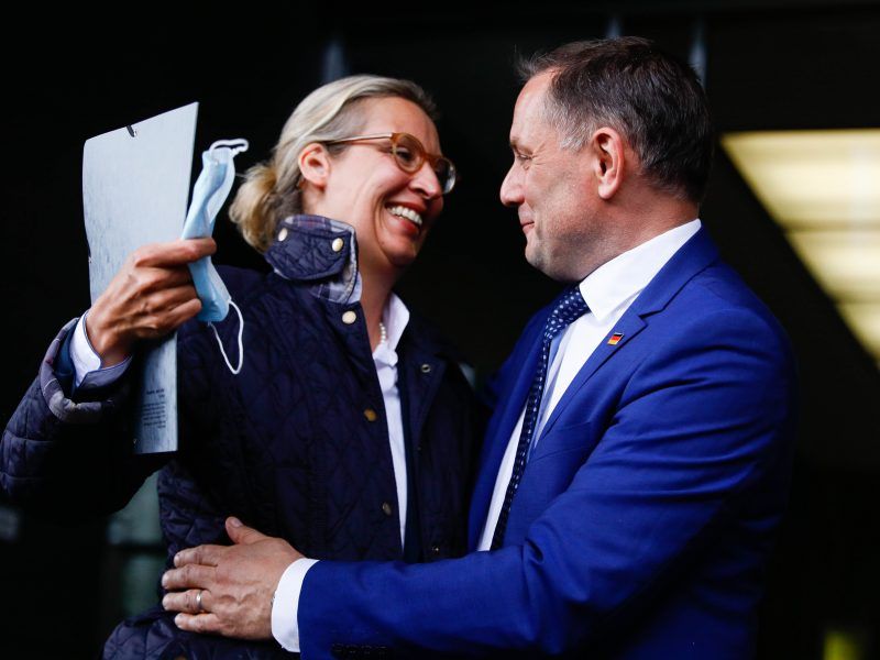 Tino Chrupalla und Alice Weidel vor der Pressekonferenz am 25. Mai