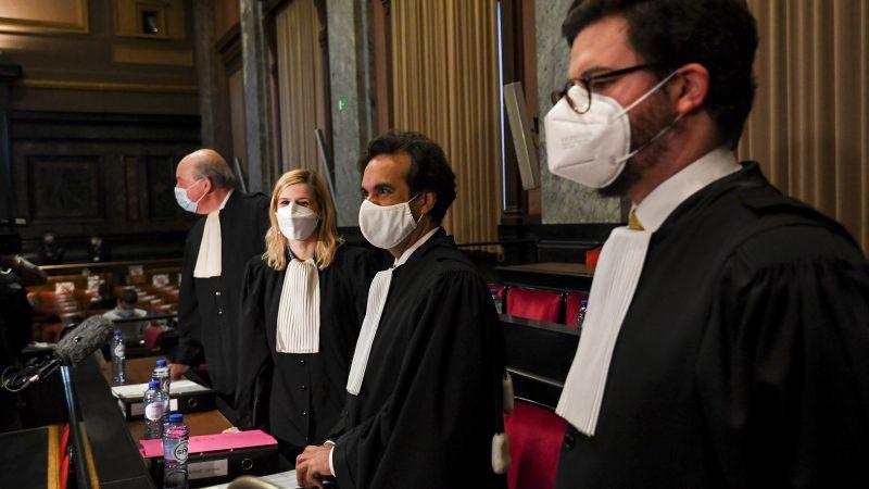 Die Anwälte der Europäischen Kommission zu Beginn der Verhandlungen