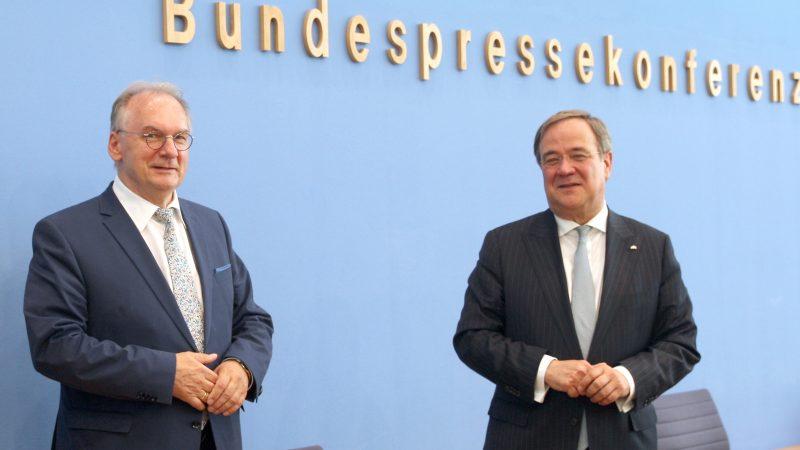 Armin Laschet und Reiner Haseloff anlässlich der Entscheidung zum Kohleausstieg in der Bundespressekonferenz