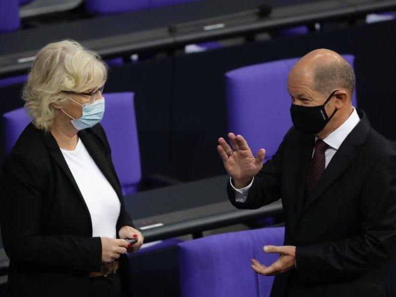 Lambrecht und Scholz im Bundestag in 2020
